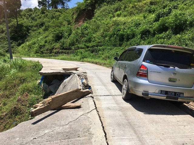 damaged road on the way to Kiluan
